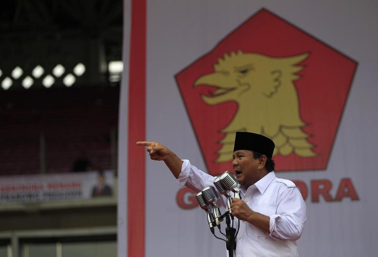 Prabowo Subianto (L), presidential candidate from the Great Indonesia Movement (Gerindra) Party, delivers a speech to supporters during a campaign rally at a stadium in Jakarta March 23, 2014. REUTERS/Beawiharta