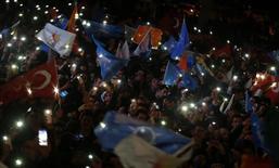 """Сторонники турецкого премьера Тайипа Эрдогана празднуют победу на выборах в Анкаре 31 марта 2014 года. Премьер-министр Турции Тайип Эрдоган объявил о победе на местных выборах, ставших референдумом о его правлении, и заявил, что """"войдет в логово"""" врагов, обвинивших его в коррупции. REUTERS/Umit Bektas"""