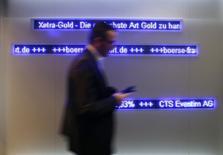 Трейдер на Франкфуртской фондовой бирже 17 марта 2014 года. Европейские фондовые рынки растут за счет ожиданий, что Европейский центральный банк смягчит политику, а Китай введет экономические стимулы. REUTERS/Ralph Orlowski
