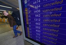 Табло, на котором отображается информация об отмененных рейсах, в аэропорту Франкфурта-на-Майне 27 марта 2014 года. Немецкая авиакомпания Lufthansa отменила 3.800 рейсов, запланированных на эту неделю, в ожидании трехдневной забастовки пилотов, стартующей в среду. REUTERS/Ralph Orlowski