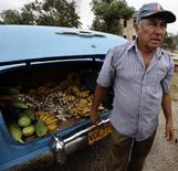 Un granjero vende sus cosechas desde la maleta de su automóvil en Sagua La Grande, Cuba, mar 2 2013. Cuba se ha declarado abierta a los negocios con una nueva ley de inversión extranjera, pero enfrenta un profundo escepticismo debido a una historia que incluye el encarcelamiento de algunos ejecutivos y la búsqueda de mayor control en emprendimientos que resultan exitosos. REUTERS/Desmond Boylan