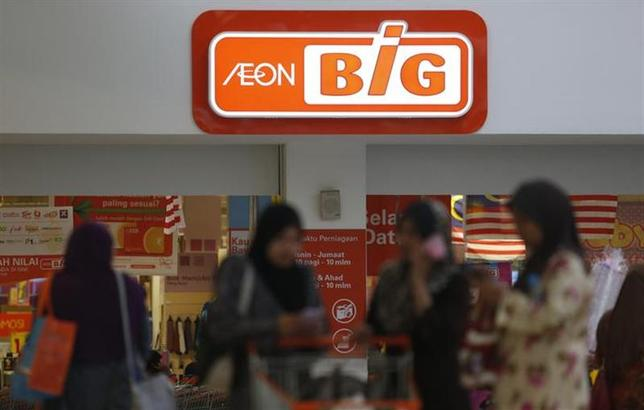 Customer leave an Aeon Big supermarket after shopping in Kuala Lumpur September 4, 2013. REUTERS/Bazuki Muhammad/Files