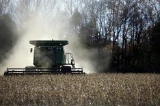 Un trabajador cosecha soja en una granja al Norte de Birmingham, EEUU, nov 13 2009. Los agricultores estadounidenses plantarán la menor superficie de maíz desde 2010 y reducirán la siembra de otros granos ante el retroceso de los precios, para optar por la soja y otras oleaginosas en la primavera boreal, dijo el lunes el Departamento de Agricultura. REUTERS/Carlos Barria