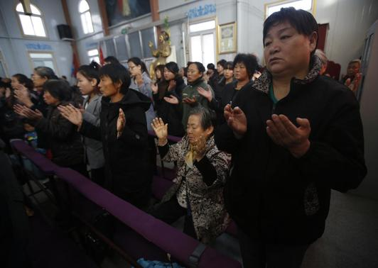 Believers take part in a weekend mass at an underground Catholic church in Tianjin November 10, 2013. Picture taken November 10, 2013. REUTERS-Kim Kyung-Hoon