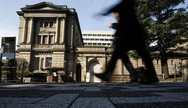 4月1日、日銀が発表した3月全国企業短期経済観測調査(短観)によると、大企業製造業・業況判断指数はプラス17となり、前回の2013年12月短観から1ポイント改善した。写真は昨年10月、日銀前で撮影(2014年 ロイター/Yuya Shino)