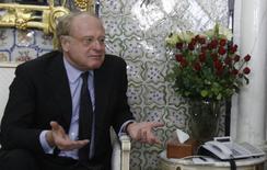 Глава Eni Паоло Скарони во время встречи с премьер-министром Туниса Али Ларайедом в Тунисе 19 апреля 2013 года. Итальянский суд приговорил генерального директора нефтегазовой компании Eni Паоло Скарони к трем годам тюрьмы в связи с неудовлетворительными экологическими нормами электростанции Porto Tolle в то время, когда Скарони возглавлял электроэнергетическую компанию Enel. REUTERS/Zoubeir Souissi