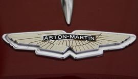 Логотип Aston Martin на капоте автомобиля Aston Martin DB 2, сфотографированный во время гонки AVD Oldtimer Grand Prix на немецкой трассе Нюрбургринг 11 августа 2007 года. Производитель спортивных автомобилей премиум-класса Aston Martin ведет переговоры с Mercedes-Benz о выпуске своего первого внедорожника и рассчитывает на его появление в салонах через 3-4 года, сообщила Financial Times со ссылкой на неназванные источники. REUTERS/Arnd Wiegmann