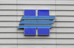 """Логотип Новатэка на здании компании в Москве 16 сентября 2012 года. Крупнейший частный производитель газа в РФ Новатэк и нефтяная """"дочка"""" Газпрома Газпромнефть договорились владеть производителем газа Северэнергия на паритетных началах. Новатэк сообщил во вторник, что продает Газпромнефти 9,8 процента в Северэнергии за $980 миллионов, чтобы уравнять доли в компании, созданной на базе газовых активов опального Юкоса. REUTERS/Maxim Shemetov"""