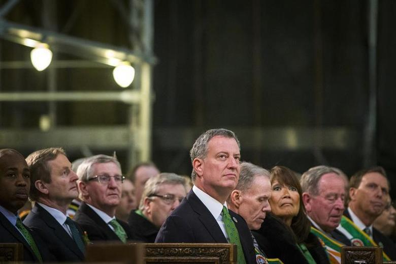 New York Mayor Bill de Blasio listens to a service at Saint Patrick's Cathedral in New York March 17, 2014. REUTERS/Lucas Jackson