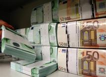 Unos fajos con euros en la bóveda de un banco en Viena, abr 10 2013. México colocó el martes 2,000 millones de euros en bonos a siete y 15 años de plazo, según un reporte del servicio de información financiera IFR. REUTERS/Heinz-Peter Bader