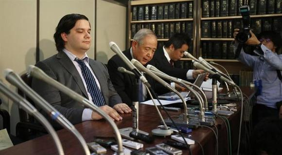 Mark Karpeles (L), chief executive of Mt. Gox, attends a news conference at the Tokyo District Court in Tokyo February 28, 2014. REUTERS/Yuya Shino