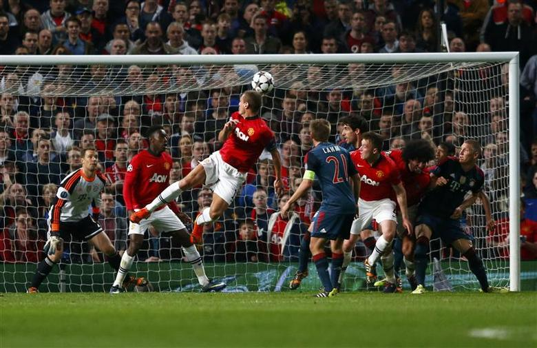 Manchester United's Nemanja Vidic (C) scores a goal against Bayern Munich during their Champions League quarter-final first leg soccer match at Old Trafford in Manchester, April 1, 2014. REUTERS/Michael Dalder