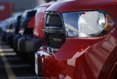 Автомобли Dodge Durango и Jeep в Гейтесберге, Мэриленд 1 мая 2013 года. Chrysler Group отзывает почти 870.000 автомобилей из-за дефекта тормозной системы, выражающегося в слишком тугой педали тормоза, сообщила компания в среду. REUTERS/Gary Cameron