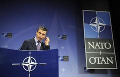 """Генсек НАТО Андерс Фог Расмуссен на пресс-конференции в штаб-квартире блока в Брюсселе 2 апреля 2014 года. НАТО считает """"чрезвычайно беспокоящей"""" концентрацию войск РФ на границе с Украиной, вопреки заверениям Москвы об отводе части военных, заявил верховный главнокомандующий силами альянса в Европе. REUTERS/Laurent Dubrule"""