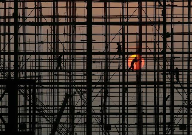 Labourers work to build a railway station in Wuhan, Hubei province November 5, 2009. REUTERS/Stringer