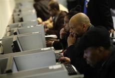 Unas personas utilizan unos computadores en una feria laboral en Detroit, EEUU, mar 1 2014. Los rendimientos de los bonos del Tesoro estadounidense subían el miércoles luego de que un reporte de empleos del sector privado en Estados Unidos fuera revisado al alza, alentando las expectativas de que el viernes también se de a conocer un sólido informe de nóminas no agrícolas en ese país. REUTERS/Joshua Lott