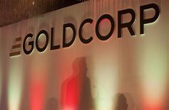 El logo de Goldcorp en el centro de convenciones Pan Pacific en Vancouver, mayo 18 2011. Goldcorp Inc informó el miércoles la suspensión de las operaciones en su mina Los Filos en México debido a una disputa con una organización de propietarios locales sobre el contrato de arrendamiento. REUTERS/Ben Nelms
