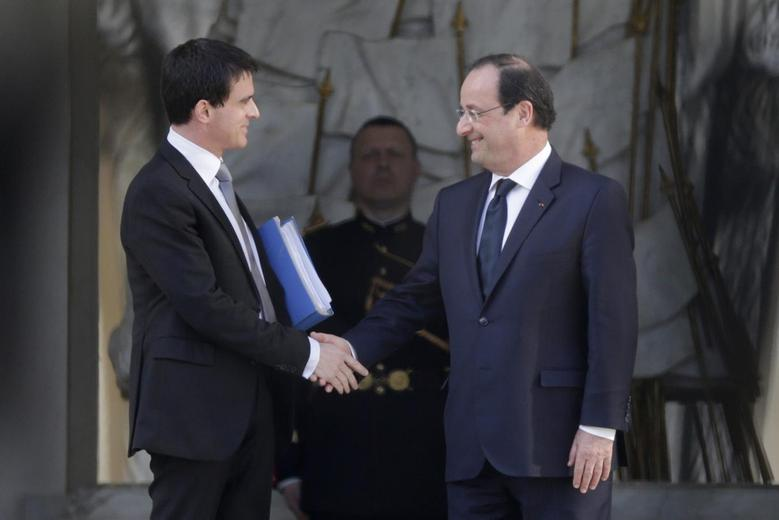 France's newly-named Prime Minister Manuel Valls (L) shakes hands with French President Francois Hollande as he leaves the Elysee Palace in Paris April 2, 2014. REUTERS/Philippe Wojazer