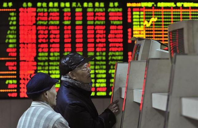 Investors look at a computer screen showing stock information at a brokerage house in Hefei, Anhui province, February 7, 2014. REUTERS/Stringer