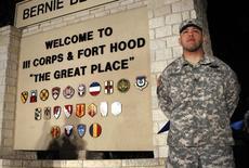 Военнослужащий у входа на пресс-конференцию генерала-лейтенанта Марка Милли на военной базе Форт-Худ, Техас 2 апреля 2014 года. Три человека погибли и 16 получили ранения в результате стрельбы, устроенной военнослужащим вооруженных сил США на военной базе в Форт-Худ в штате Техас, печально известной бойней 2009 года, сообщили власти. REUTERS/Erich Schlegel