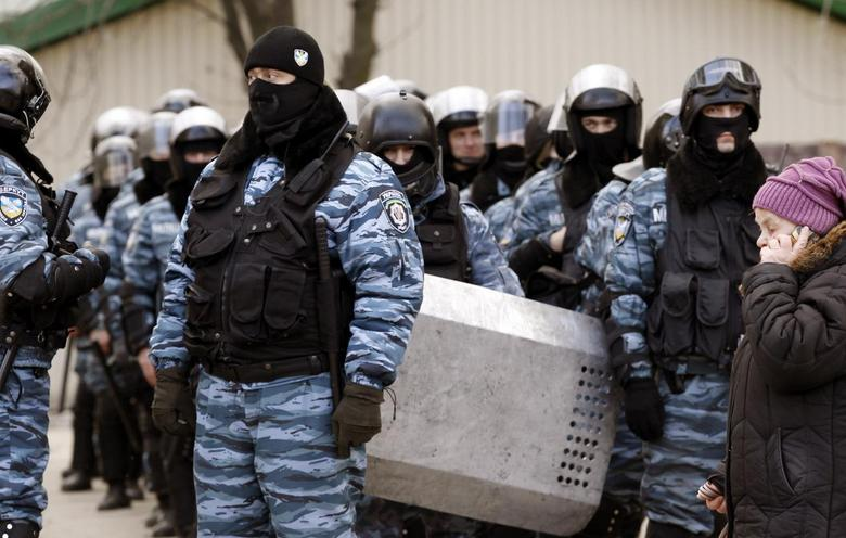 The Ukranian riot police unit ''Berkut'' stand by during rallies by anti and pro-Yanukovich supporters in the eastern city of Donetsk, February 23, 2014. REUTERS/Vasily Fedosenko