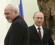 Президент РФ Владимир Путин (справа) и министр иностранных дел Ирана Джавад Зариф на встрече в Кремле 16 января 2014 года. Россия и Иран достигли прогресса в переговорах о поставках российских товаров в обмен на иранскую нефть на сумму до $20 миллиардов, сообщили источники, близкие к переговорам. REUTERS/Sergei Karpukhin