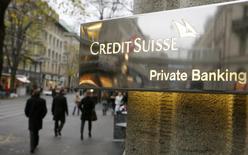 """Логотип банка Credit на входе в отделение в Цюрихе 21 ноября 2013 года. Швейцария создаст препятствия для появления у российских чиновников, попавших под санкции Евросоюза, новых деловых партнеров в стране, при этом российским миллиардерам, включенным в американский """"черный список"""", ограничения не грозят, сообщило швейцарское правительство. REUTERS/Arnd Wiegmann"""