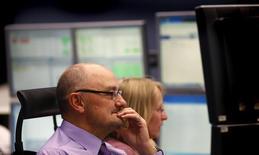 Трейдеры на Франкфуртской фондовой бирже 17 октября 2013 года. Европейские фондовые рынки слабо изменились в начале торгов, а испанский рынок растет за счет повышения активности в непроизводственном секторе страны. REUTERS/Kai Pfaffenbach