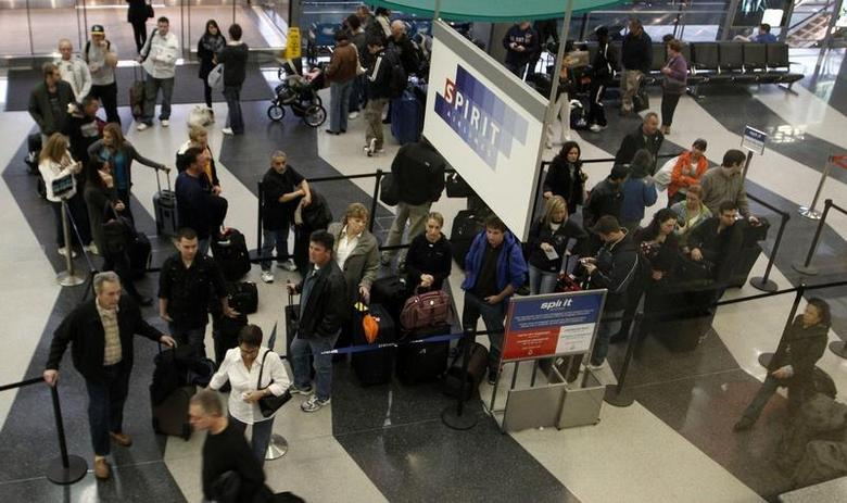 Passengers wait in line at the Spirit Airlines ticket counter at the O'Hare International Airport in Chicago November 24, 2010. REUTERS/Frank Polich