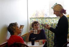 Jaclyn Michalos toma una orden en el restaurante de su familia, Toast of the Town, en Randolph, EEUU, nov 9 2011. El crecimiento del sector servicios de Estados Unidos se aceleró en marzo y el componente del empleo regresó a territorio de expansión, mostró el jueves un reporte. REUTERS/Brian Snyder