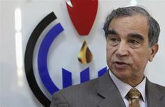 """El ministro de Petróleo de Libia, Omar Shakmak, en una rueda de prensa en Bengazi, abr 3 2014. Libia ha visto """"buenas intenciones"""" en el diálogo con rebeldes que podría llevar al levantamiento del bloqueo que mantienen sobre importantes puertos petroleros en unos días, dijo el ministro de Petróleo Omar Shakmak el jueves. REUTERS/Esam Omran Al-Fetori"""