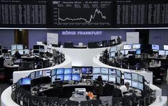 La mesa de operaciones del Dax en Fráncfort, Alemania, abr 3 2014. Las acciones europeas repuntaron el jueves, con algunos índices domésticos tocando máximos de varios años, luego de que el Banco Central Europeo abrió la puerta para tomar medidas no convencionales para conjurar el riesgo de una deflación. REUTERS/Remote/Stringer