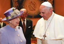 Rainha Elizabeth e Papa Francisco durante encontro nesta quinta-feira, no Vaticano. 03/04/2014 REUTERS/Stefano Rellandini