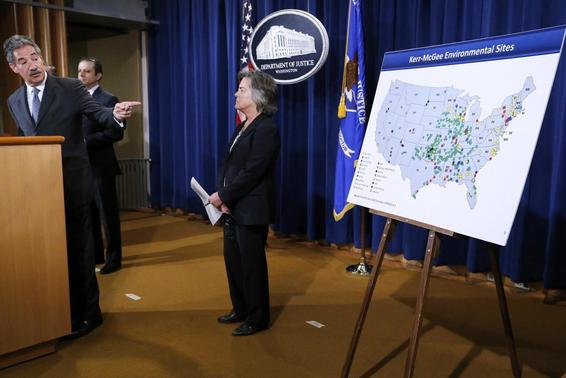 U.S. Deputy Attorney General James Cole (L) points to map of cleanup sites during an announcement of a settlement with Anadarko Petroleum Corp at the Justice Department in Washington April 3, 2014. REUTERS-Jonathan Ernst