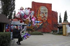 Женщины продает воздушные шары в Сочи 10 февраля 2014 года. Потребительские цены в РФ в марте 2014 года выросли на 1,0 процента к предыдущему месяцу и на 6,9 процента к аналогичному периоду 2013 года, сообщил Росстат. REUTERS/Eric Gaillard