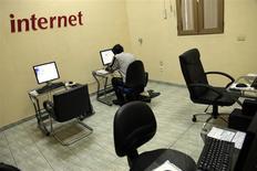"""Usuario de internet en la empresa estatal de telecomunicaciones ETECSA, La Habana, jun 4, 2013. Cuba fustigó el viernes a Estados Unidos por crear un servicio """"subversivo"""" similar a Twitter en la isla y dijo que demuestra los reiterados esfuerzos de Washington por derrocar su sistema socialista. REUTERS/Stringer"""