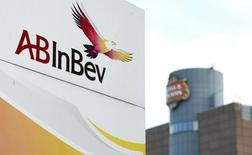 Vista do logotipo da Anheuser-Busch InBev fora da sede da cervejeira em Leuven. A empresa de bebidas Ambev divulgou nesta sexta-feira que não irá reajustar o preço de suas cervejas até o final da Copa do Mundo, evento que será encerrado em 13 de julho. 26/02/2014 REUTERS/Francois Lenoir