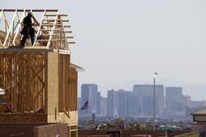 Um carpinteiro trabalha em uma nova moradia em Las Vegas. Os empregadores nos Estados Unidos mantiveram o ritmo sólido de contratações pelo segundo mês consecutivo em março, outra evidência de que a economia está acelerando o passo após ser contida por um inverno brutalmente frio. 05/04/2013 REUTER/Steve Marcus