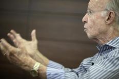 O tetracampeão mundial Mário Jorge Zagallo concede entrevista à Reuters TV, no Rio de Janeiro, em abril de 2012. 20/04/2012 REUTERS/Ricardo Moraes