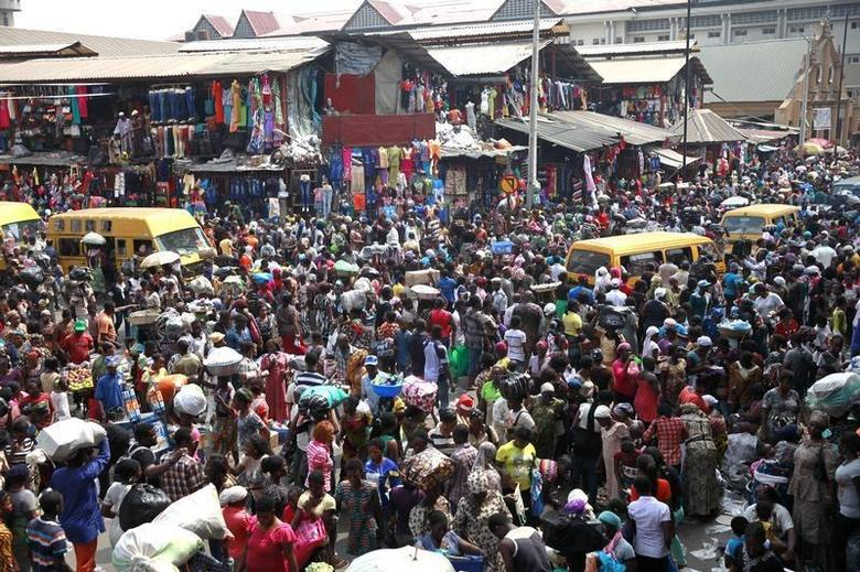 People gather at Balogun market two days before Christmas in central Lagos December 23, 2013. REUTERS/Akintunde Akinleye