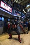 """""""Captain America: The Winter Soldier"""", la secuela del filme de Marvel del 2011 sobre el superhéroe del traje rojo, blanco y azul, obtuvo 96,2 millones de dólares en ventas de entradas el fin de semana y fijó un récord de estreno en abril en Estados Unidos y Canadá. Nueva York, 1 de abril de 2014. REUTERS/Brendan McDermid."""