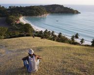 """Durante décadas, la mayoría de los empobrecidos residentes de la pequeña isla de Ile-à-Vache frente a la costa sur de Haití ha vivido en el anonimato, virtualmente ignorados por el Gobierno y visitados sólo por los mochileros y yates más aventureros. Sin embargo, el año pasado se produjo la sorpresa: el Gobierno declaró la antigua guarida pirata como """"servicio público"""", lo que podría quitarle tierras a sus 14.000 residentes para desarrollar un centro turístico de alto perfil. Fotografía tomada el 25 de marzo de 2014. REUTERS/stringer"""