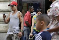 """Un hombre usa su teléfono móvil en una calle de La Habana. Abril 6, 2014. REUTERS/Enrique De La Osa. Cuba dijo el domingo que Estados Unidos continúa usando redes sociales en una """"campaña subversiva"""" contra el Gobierno de La Habana y que la revelación esta semana sobre un servicio similar a Twitter financiado por Washington para la isla era sólo uno de varios ejemplos."""