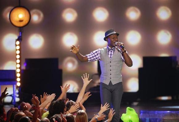 Aloe Blacc performs ''Wake Me Up'' and ''The Man'' at the 27th Annual Kids' Choice Awards in Los Angeles, California March 29, 2014. REUTERS/Mario Anzuoni