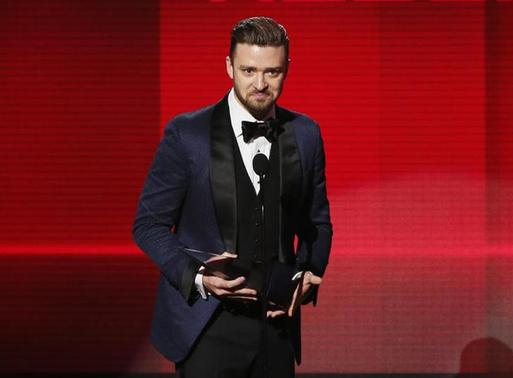 Musician Justin Timberlake accepts the favorite soul/R&B album award for The 20/20 Experience at the 41st American Music Awards in Los Angeles, California November 24, 2013. REUTERS/Lucy Nicholson