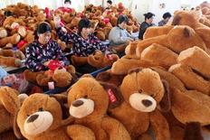 """Рабочие на фабрике игрушек в городе Ганьюй 6 ноября 2013 года. Китаю, скорее всего, придется смягчить денежно-кредитную политику впервые за два года в ближайшие месяцы, чтобы не допустить чрезмерного замедления экономики, считают аналитики, которые сомневаются в том, что """"минимальные стимулы"""", о которых говорилось до сих пор, справятся с этой задачей. REUTERS/China Daily"""