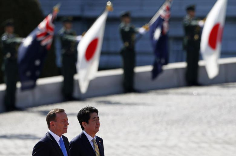Australia's Prime Minister Tony Abbott (front L) reviews a guard of honour with Japan's Prime Minister Shinzo Abe during a welcome ceremony hosted by Abe at the state guest house in Tokyo April 7, 2014. REUTERS/Yuya Shino
