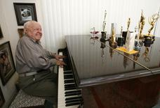 Actor Mickey Rooney plays a piano at his home in Westlake Village, California in this February 14, 2007 file photo. REUTERS/Mario Anzuoni/Files