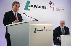 El presidente de Holcim, Rolf Soiron (derecha), y el presidente ejecutivo de Lafarge, Bruno Lafont, asisten a una conferencia de prensa en Paris. 7 de abril, 2014. REUTERS/Christian Hartmann