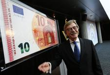 Yves Mersch, uno de los seis integrantes de la junta del Banco Central Europeo, presenta un nuevo gran billete de 10 euros en la sede central del BCE, en Francfort, Alemania. 13 de enero, 2014. REUTERS/Ralph Orlowski